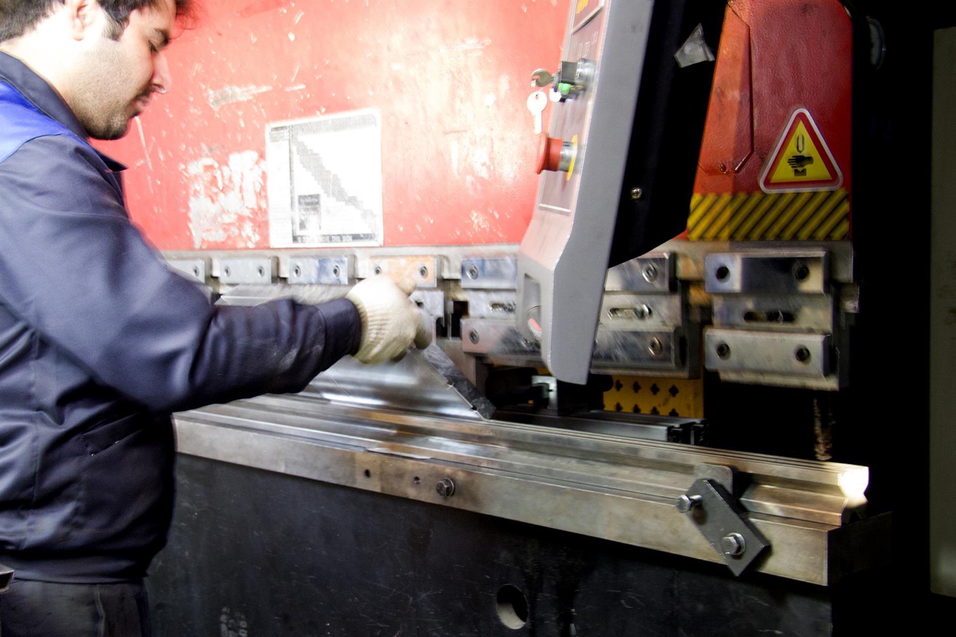 خمکاری صفحه ها و یا ورق های فلزی عملی دستی و مکانیکی است - گروه صنعتی ایران فلز